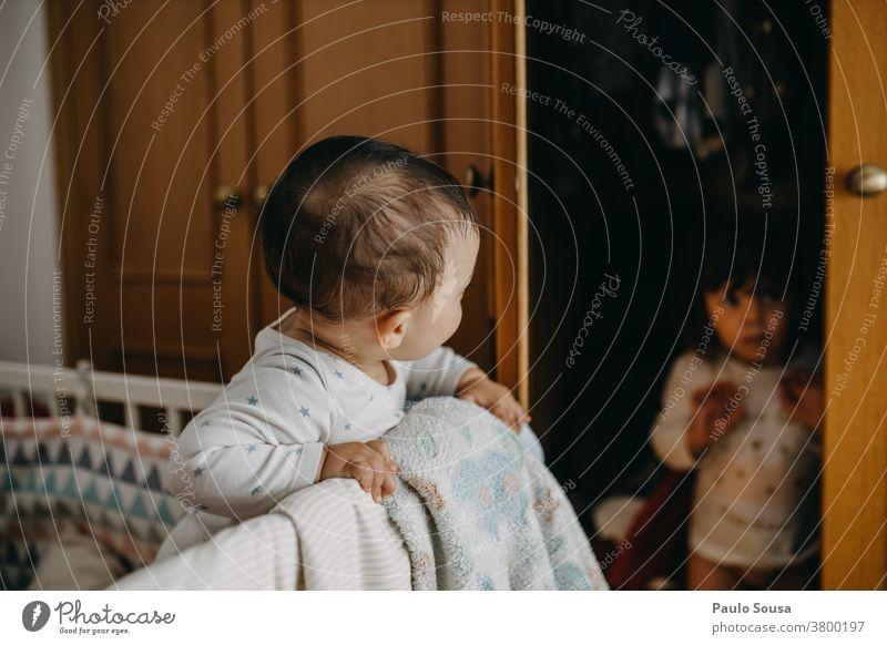 Bruder spielt mit Schwester zu Hause Geschwister Familie & Verwandtschaft 2 Freundschaft Zusammensein Farbfoto Mensch Kind Spielen Freude Kleinkind Fröhlichkeit