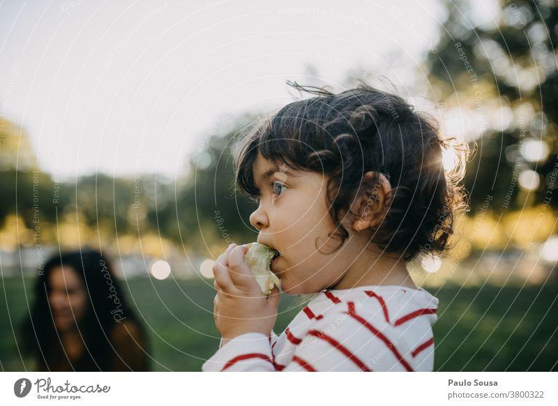 Kind isst Apfel im Freien Kaukasier 1-3 Jahre Menschen Gesunde Ernährung Frucht Farbfoto Kindheit Essen Lebensmittel Gesundheit Kleinkind mehrfarbig