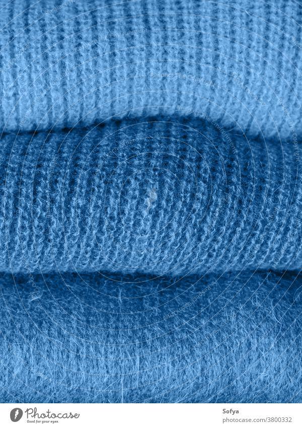 Stapel klassisch blauer Wollpullover 2020 Klassik Mode Farbe Wolle Pullover Garn Textil Textur Frau mohair Hintergrund Bekleidung Phantom Winter stricken Marine