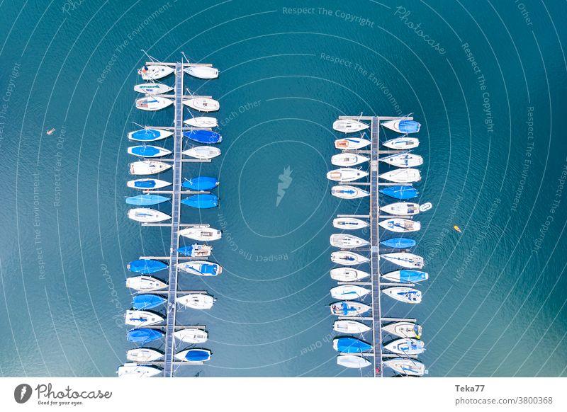ein Sporthafen von oben Hafen für Sportboote Segelschiffe Schiffe Boot Boote von oben Wasser weiß Wellen Wassersport Schwimmsport