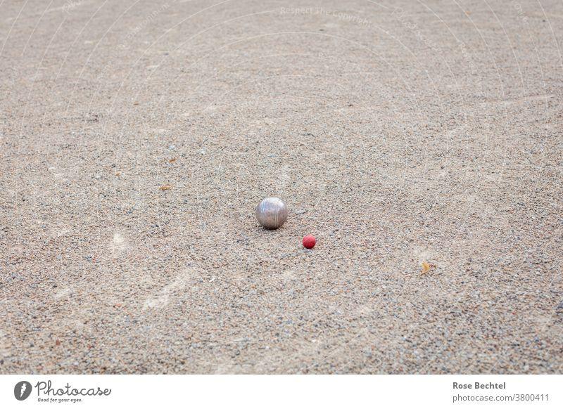 Boule-Spiel auf Schotterplatz Kugeln Petanque Spielen Außenaufnahme Farbfoto Freizeit & Hobby Sport Ballsport Textfreiraum oben rot Sportstätten Zielkugel
