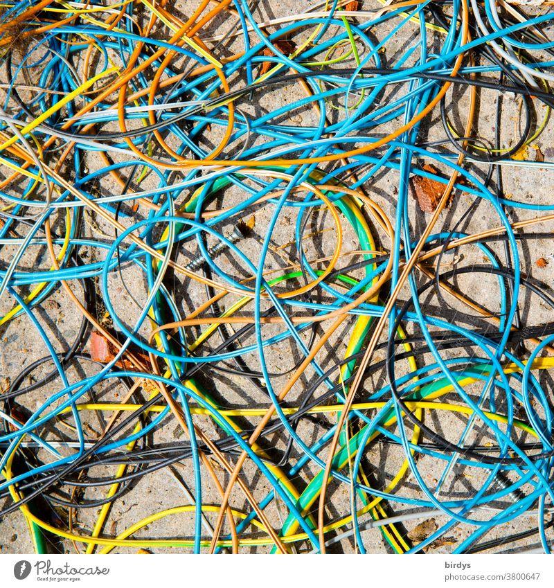 Kabelsalat, viele lose , bunte Kabel liegen wirr durcheinander auf dem Boden Stromkabel Elektrizität chaotisch Vogelperspektive formatfüllend unordentlich