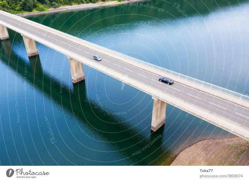 eine Autobrücke über einen Fluss von oben Brücke moderne Brücke Auto-Brigde Transportbrücke Wasser See Moderne Architektur PKW Autos Lastkraftwagen Lastwagen