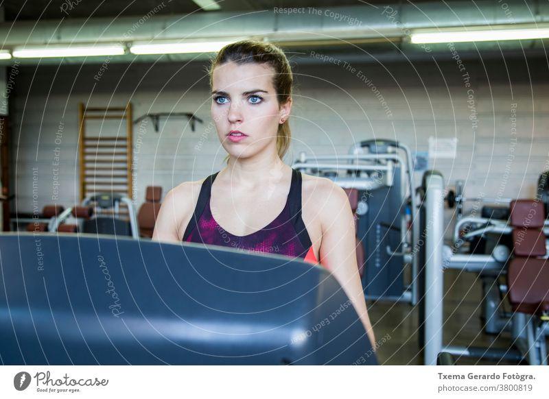 Mädchen trainieren in der Turnhalle mit einem Laufband rennen Aerobic Fitness Übung Sport aktiv Lifestyle passen Fitnessstudio Sporthalle Frau Gesundheit