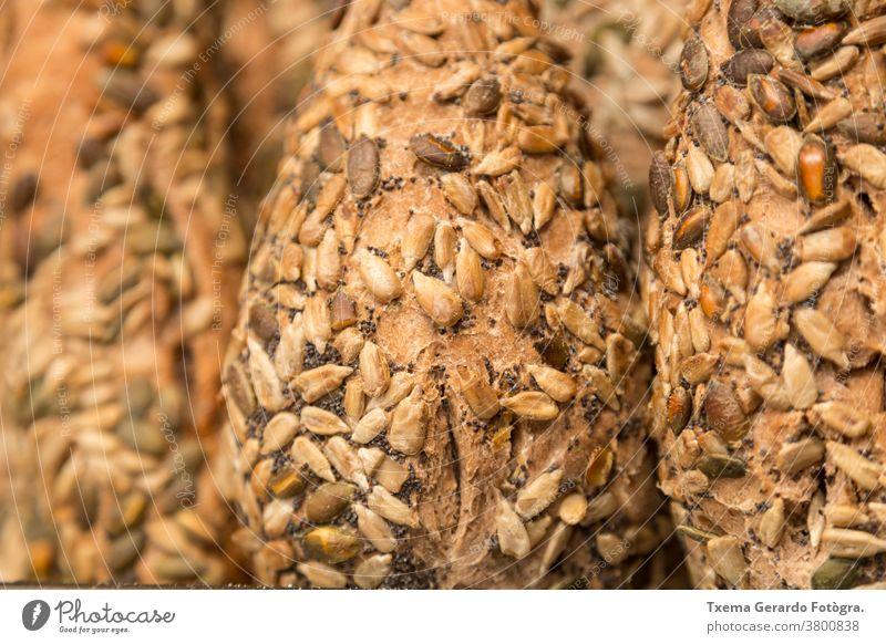 Detail von handwerklich hergestelltem glutenfreiem Saatbrot Brot traditionell backen organisch Sonnenblumenkerne Mehl Weizen Müsli rustikal Korn Lebensmittel