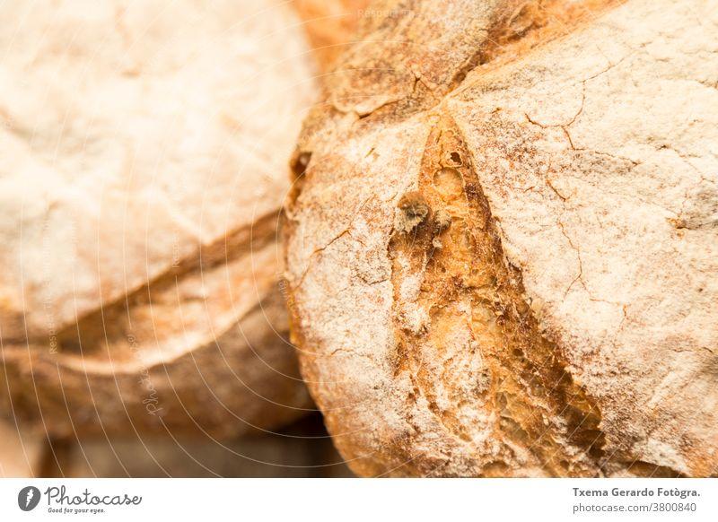 Detail eines handwerklich hergestellten glutenfreien Brotlaibs traditionell backen organisch Sonnenblumenkerne Mehl Weizen Müsli rustikal Korn Lebensmittel
