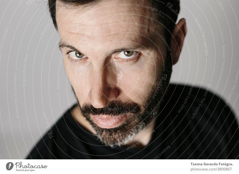 Nahaufnahme-Porträt eines bärtigen Mannes mittleren Alters vor neutralem Hintergrund Atelier selbstbewusst grau Vollbart Typ Gesicht vereinzelt Erwachsener