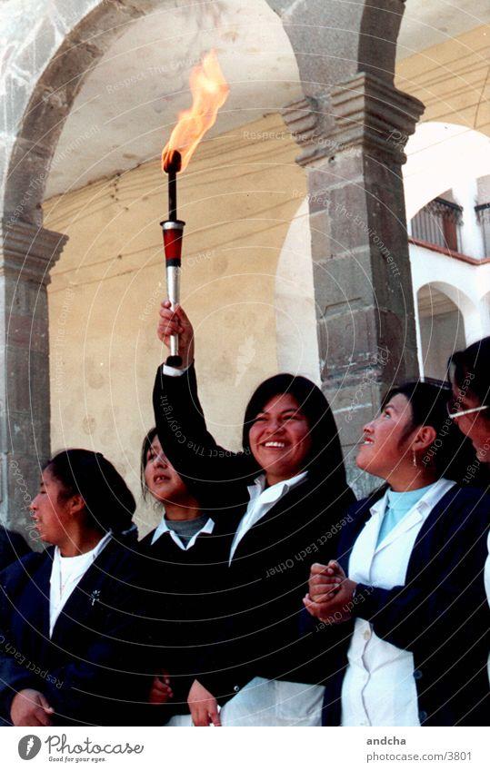 glückliche fackelträgerin Mensch Mädchen lachen Feuer Schulkind Uniform Kind Fackel Bolivien