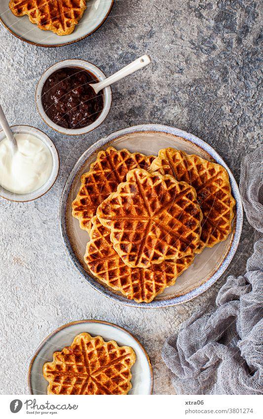 Waffeln Frühstück Ernährung Lebensmittel lecker süß Dessert Foodfotografie Essen soulfood frühstücken Frühstückstisch Marmelade Teller geschmackvoll