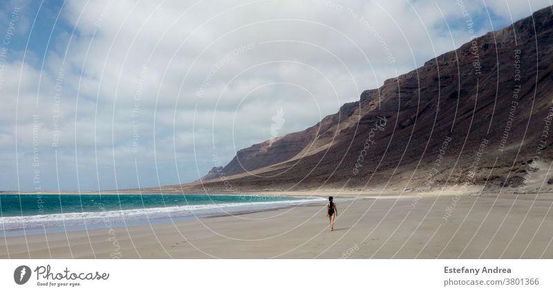 Junge Frau entdeckt einen abgelegenen Strand reisen Reisefotografie Ferien & Urlaub & Reisen feminin 1 Mensch Natur schön Berge u. Gebirge Meer MEER Erholung