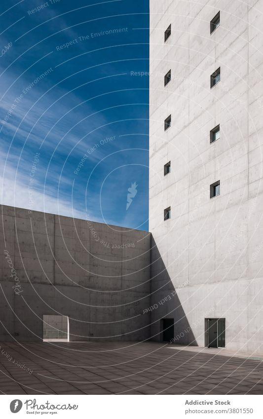 Außenseite eines hohen Betongebäudes im minimalistischen Stil Architektur brutalistisch Gebäude Fassade sehr wenige schwer grau monolithisch Design Barriere