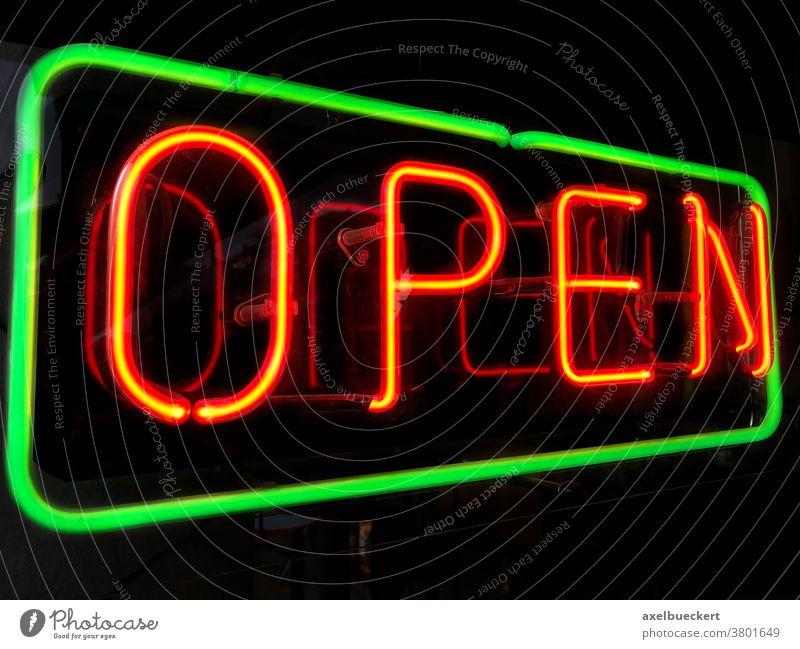 Open Neonschild im Schaufenster - geöffnet open offen Leuchtreklame Laden Restaurant Zeichen rot Nacht Business beleuchtet Symbol Hinweisschild Fenster