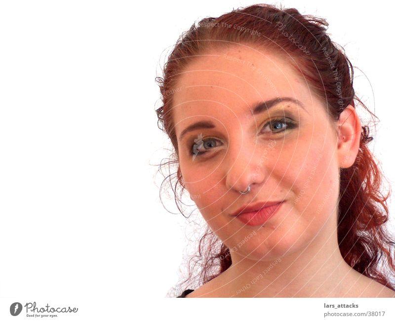 Nelli nach Opernprobe Frau rot lachen Locken frech Piercing skeptisch