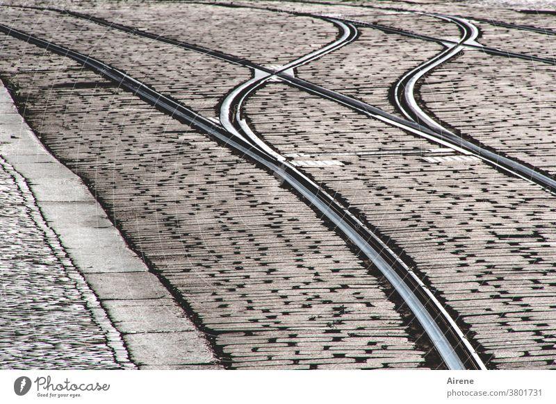 ziemlich empty street Straße grau Pflastersteine Gleise Straßenbahn Schienenverkehr Pflasterweg Schienennetz Fußgängerzone Straßenpflaster Trambahn menschenleer