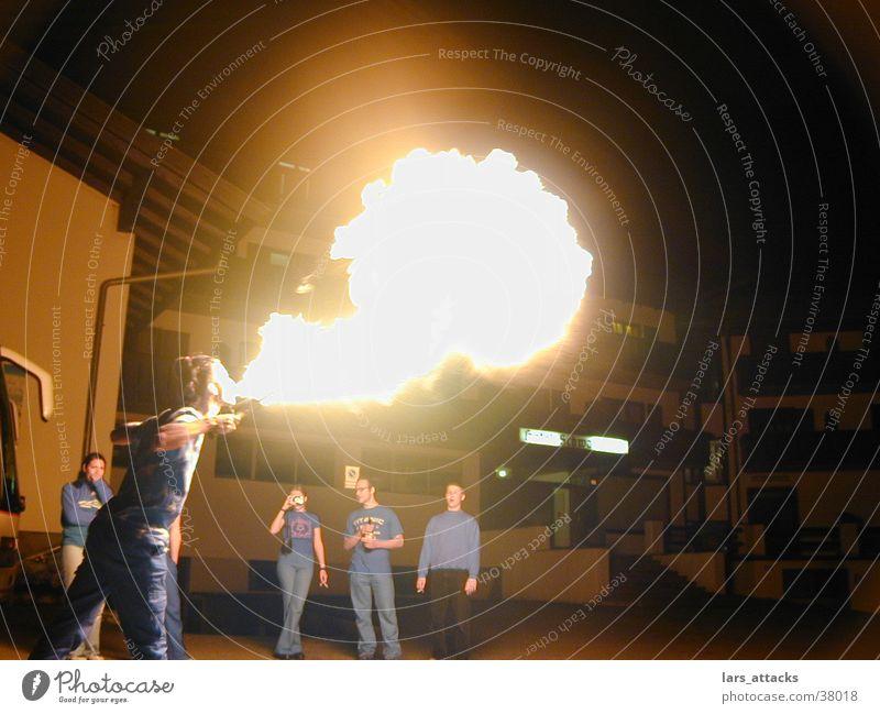 Feueratem Mann Nacht spucken Show Feuerspucken Brand mehrere hell Flamme Mut