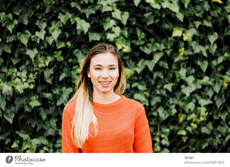 Blondes Mädchen mit rotem Trikot in einem Park Frau Person Porträt jung blond Hintergrund außerhalb Hipster Natur Sommer Glück Model hübsch Lifestyle schön