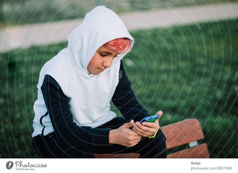 Vermummter Teenager, der auf das Handy schaut Person Technik & Technologie im Freien Fotografie Kapuzenhemd horizontal Mitteilung Mann eine Person Porträt