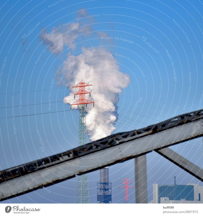 Strommast vor Kohlekraftwerk und Brückenfragment Emmission CO2-Ausstoß Umweltverschmutzung Klimawandel Umweltschutz Schornstein Industrieanlage