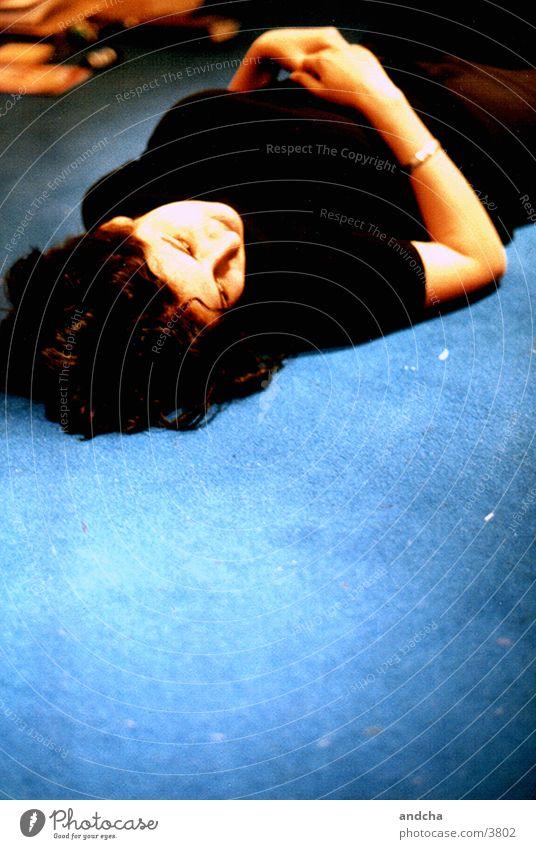 ...am boden aber nicht zerstört* Frau Boden blau schwarz Teppich Zufriedenheit Erholung Müdigkeit Fototechnik liegen