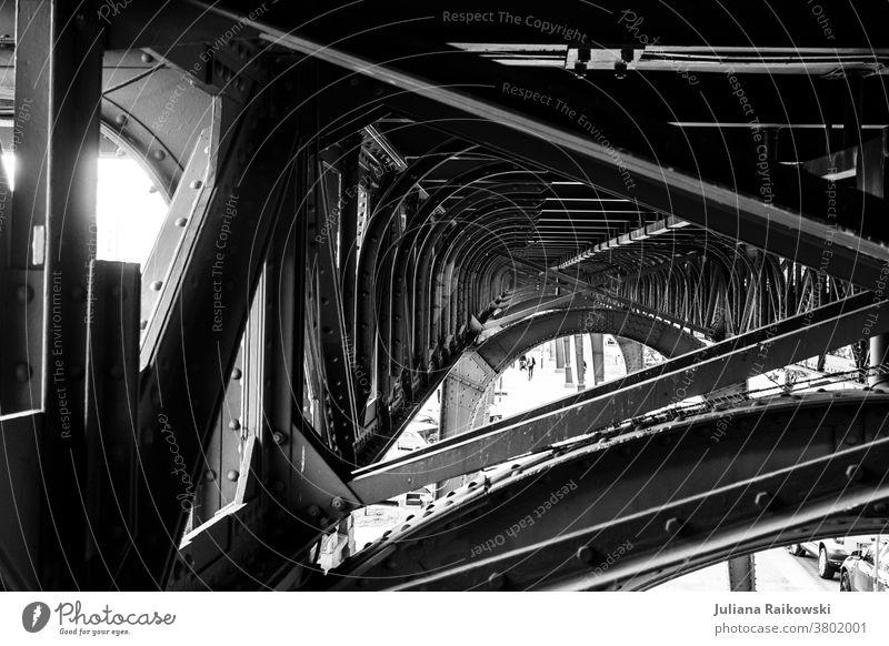 Gitterkonstruktion unter der Brücke in Hamburg Architektur Straße Stadt Verkehr Wege & Pfade Bauwerk Hochstraße Außenaufnahme Verkehrswege Tunnel Form