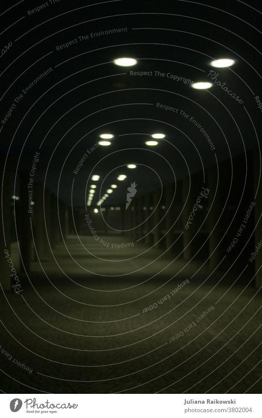Tunnel in der Nacht Licht Brücke Unterführung Asphalt Stadt Einsamkeit Schatten dunkel Straße Architektur Wege & Pfade Beton Menschenleer Beleuchtung kalt