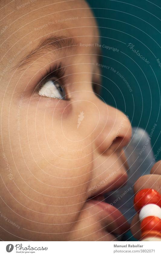 Porträtfotografie eines Babys Kind Säugling wenig schön Mädchen niedlich Kindheit Glück jung Junge Pflege neugeboren bezaubernd Gesicht klein weiß Gesundheit
