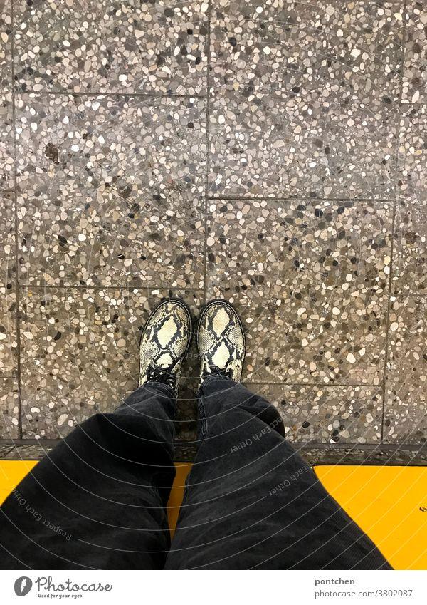 Warten am Bahnsteig. Beine und Schuhe aus der Vogelperspektive vor gelber Wand schuhe mode bahnsteig wand stehen warten Mensch Bekleidung Modern trend