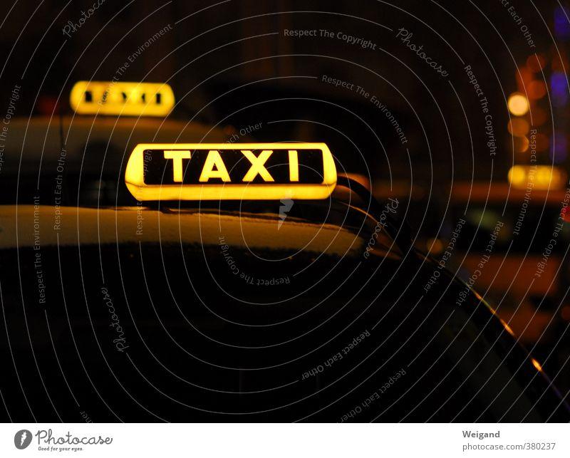 Wort mit X gelb Feste & Feiern gehen PKW Verkehr warten fahren Veranstaltung Fahrzeug Autofahren Ampel Personenverkehr Verkehrsmittel Nachtleben Taxi ausgehen
