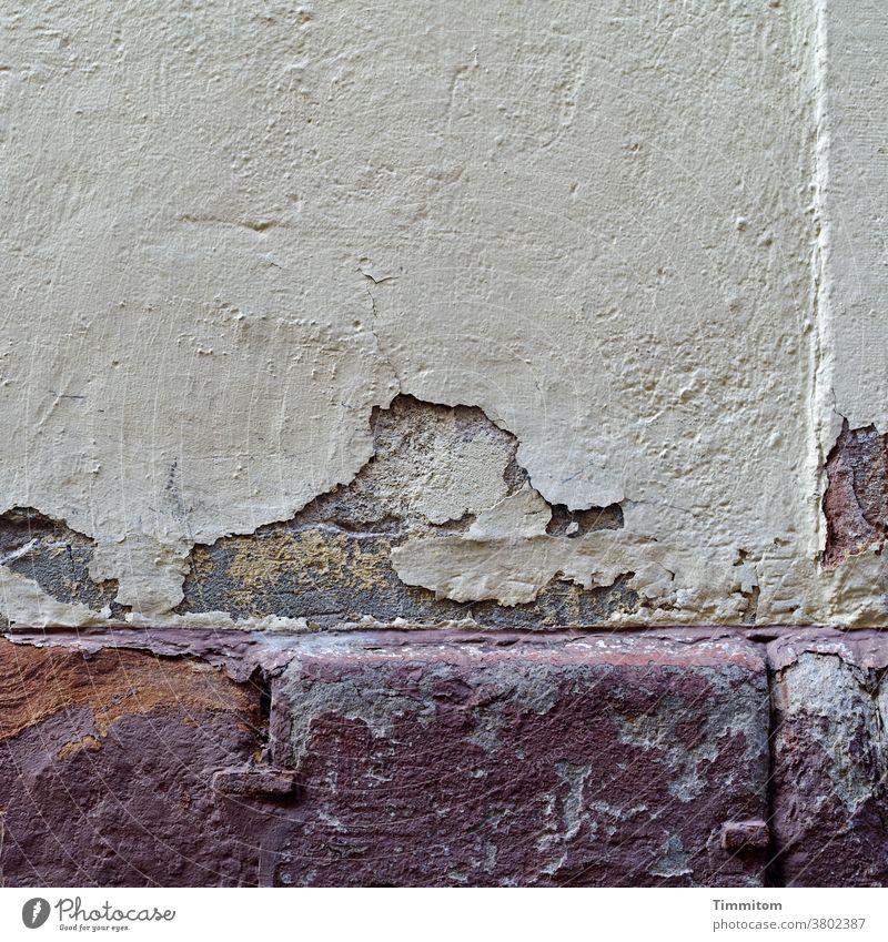 Leise rieselt der Putz Mauer Wand Sims alt abbröckeln Fassade Verfall Vergänglichkeit Menschenleer Außenaufnahme Gestalt Stein