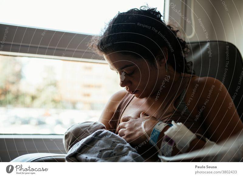 Mutter stillt Neugeborenes im Krankenhaus stillen Krankenpflege neugeboren Neugeborenenfotografie Baby Lifestyle Zusammensein Zusammengehörigkeitsgefühl Kind