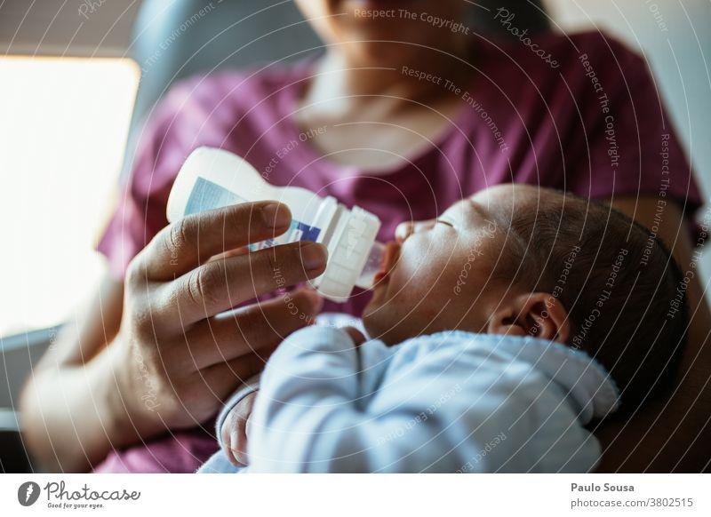 Mutter füttert Neugeborenes im Krankenhaus Mutterschaft neugeboren füttern Eltern schön Frau Erwachsene Kind Familie & Verwandtschaft Kaukasier Baby Liebe