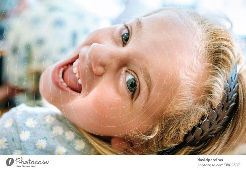 Nahaufnahme eines zurückblickenden Mädchens heiter Glück schauende Kamera niedlich Gesundheit Blick nach hinten freundlich Lächeln offener Mund Frau jung Person