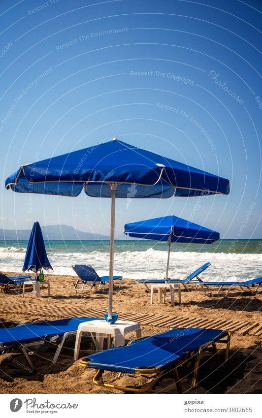 Leere Liegestühle am Strand Liegestuhl Sonnenschirm Meer Kreta Griechenland Einsamkeit Entspannung Reiselust Fernweh Sehnsucht Stimmung Freiheit Ruhe Urlaub