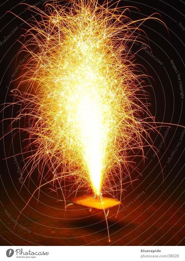 Tischvulkan Lampe dunkel hell glänzend Brand Tisch heiß Feuerwerk obskur Vulkan Funken