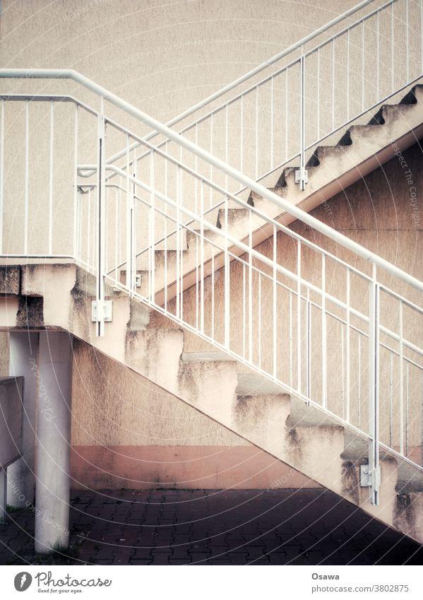 Außentreppe in mittelmäßigem Zustand Treppe Treppengeländer Geländer Architektur aufsteigen Treppenabsatz aufwärts abwärts Haus Bauteil Wand Handlauf Stufen