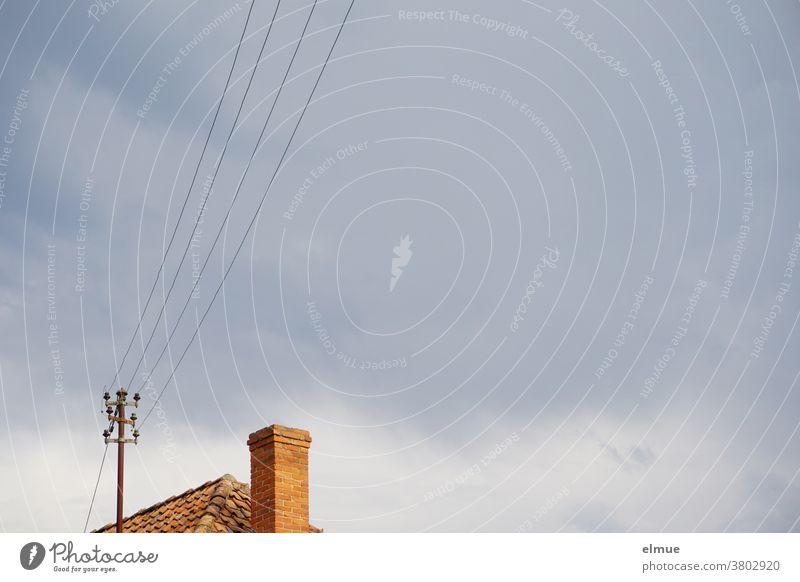 Man hat ihm schon immer eine lange Leitung nachgesagt ... Stromleitung Freileitung Dach Schornstein alt Technik Energiewirtschaft wohnen Technik & Technologie