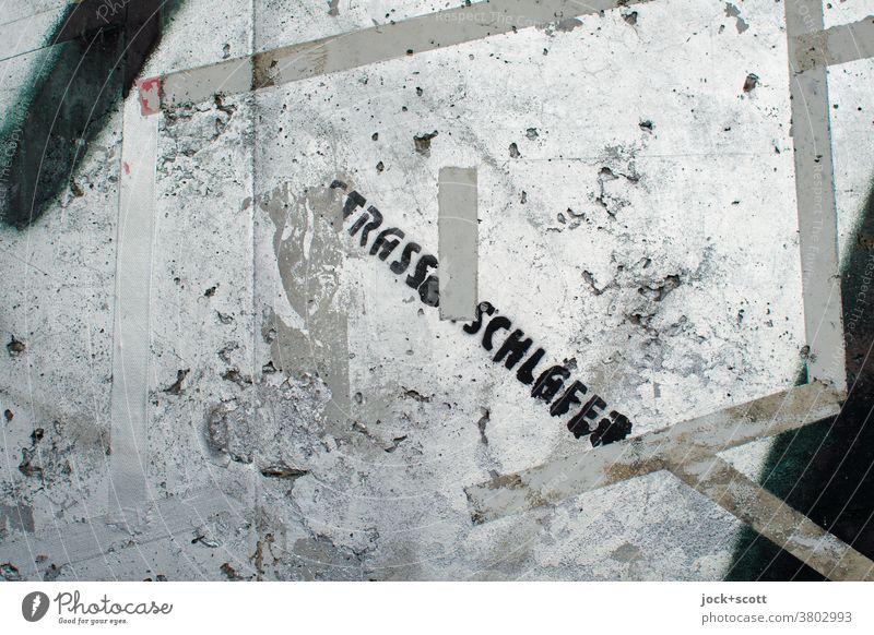 Strassenschläfer Wort Straßenkunst Mauer Graffiti Typographie Kreativität Subkultur abstrakt stencil Schablonenschrift Oberfläche klebestreifen silbern