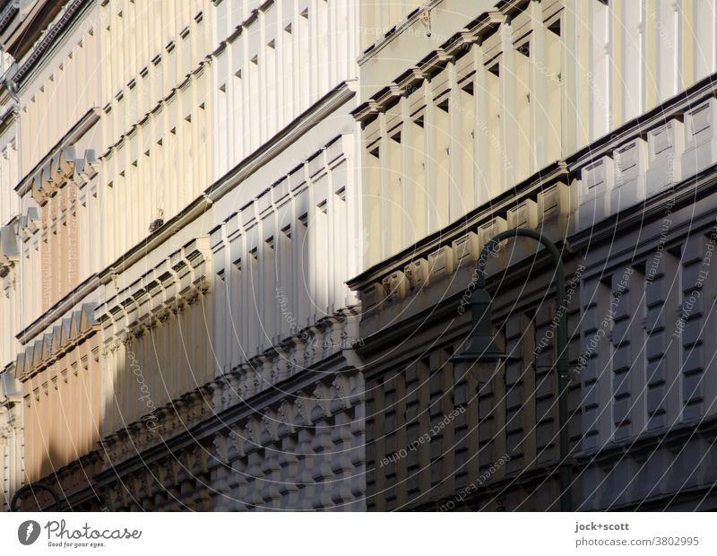 auf den Fassaden gegenüber Schatten werfen Stadthaus Häuserzeile Sonnenlicht Symmetrie Prenzlauer Berg Perspektive Architektur Reihe gleich Tristesse Stil