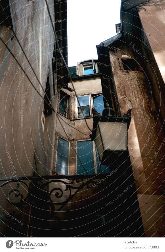 hinterhof alt dunkel braun Architektur Verfall Portugal Hinterhof Lissabon