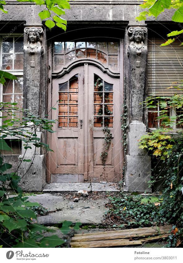 Auf einem Streifzug durch Zeitz stand die Fotoline plötzlich vor einem wundervollen Lost Place, dessen Türen und Fenster zugemauert waren und ihr den Eintritt verwehrten. Sehnsüchtig schaute sie auf diese wundervolle Tür und ließ den Kopf hängen.