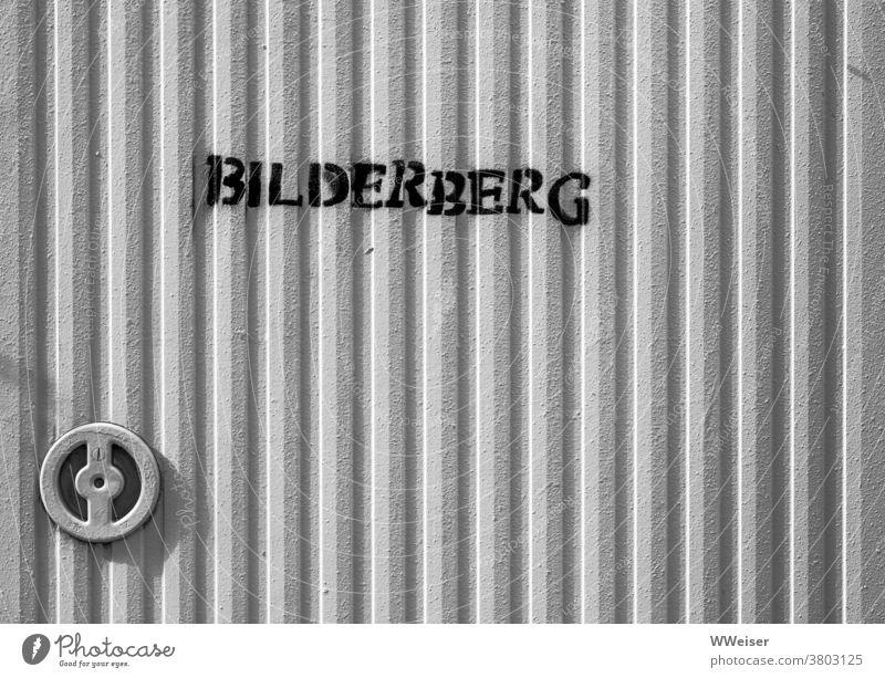Ein großer Haufen Bilder oder geheimes Treffen der Mächtigen? Bilderberg Tür Verschluss Schrank Metall Safe verschlossen Konferenz Organisation Verschwörung