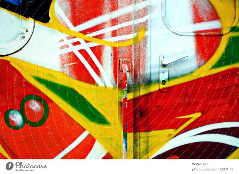 Eine quietschbunt besprühte, aber sehr verschlossen wirkende Wagentür Eisenbahn Waggon Graffiti Farben Bahn Klinke Tür Fenster Griff einsteigen farbenfroh