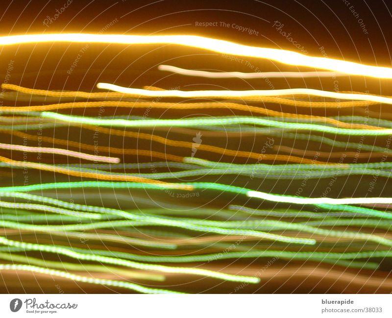 Lichterbahnen dunkel Langzeitbelichtung Linie hell Eisenbahn Farbe mehrfarbig