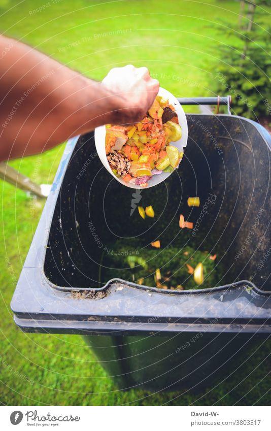 Biomüll landet in der Mülltonne Lebensmittel wegschmeißen entsorgen Biomülltonne Verschwendung abfall Hand Abfall wegwerfen wegwerfgesellschaft