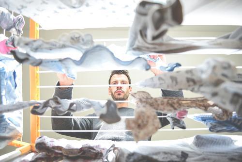 Haushalt - Wäsche aufhängen Mann Wäscheständer Hausmann Ordnung Waschtag Haushaltsführung Häusliches Leben Alltagsfotografie fleißig