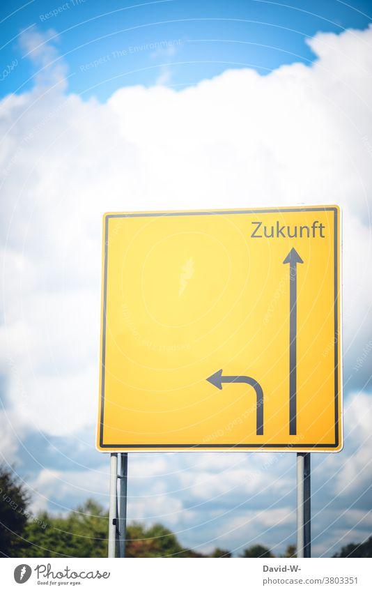 Schild in Richtung Zukunft Wegweiser richtungweisend Pfeil Perspektive Erfolg Orientierung Navigation Wege & Pfade geradeaus