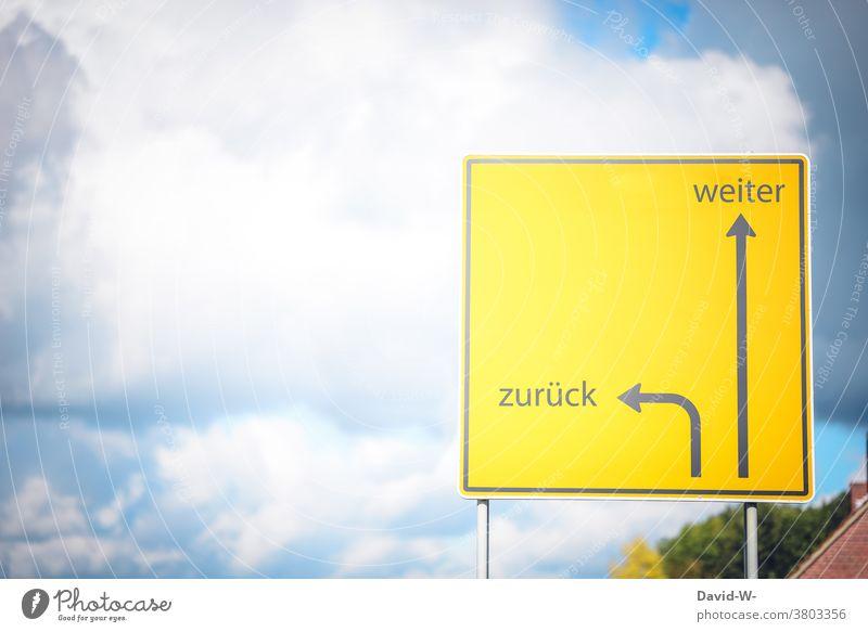 Schild mit Pfeilen - weiter und zurück Entscheidung Durchhaltevermögen Ziel ehrgeizig Weg Erfolg aufgeben Richtung Wegweiser richtungweisend Orientierung