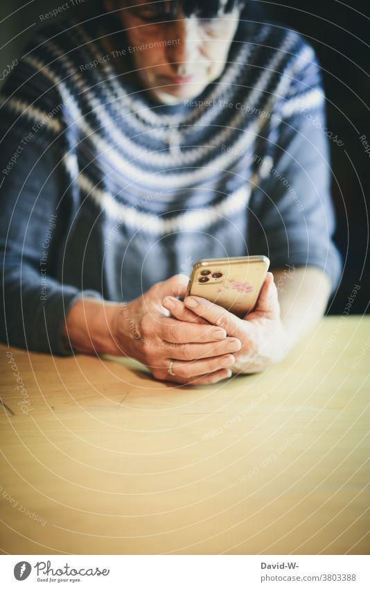 ältere Frau am Smartphone Handy alte benutzen Lesen konzentriert Technik & Technologie Hände