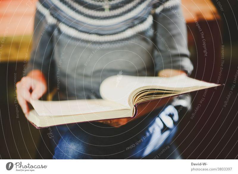 Frau liest ein Buch lesen Bücher Buchseite umblättern Bildung Nachschlagen Literatur