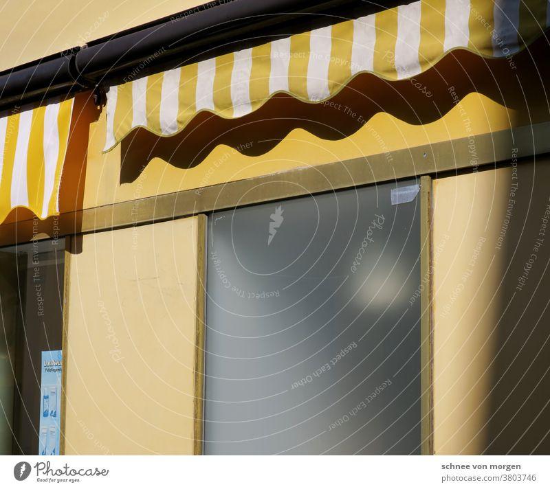 Haus bei gelbem Sonnenschein Sommer Sonnenlicht Fassade haus und grundstück Gebäude Fenster Wohnung Himmel Besitz Wand Balkon Außenaufnahme Architektur Bauwerk